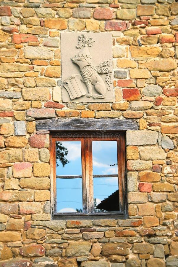 Parede de pedra w/window & crista imagens de stock