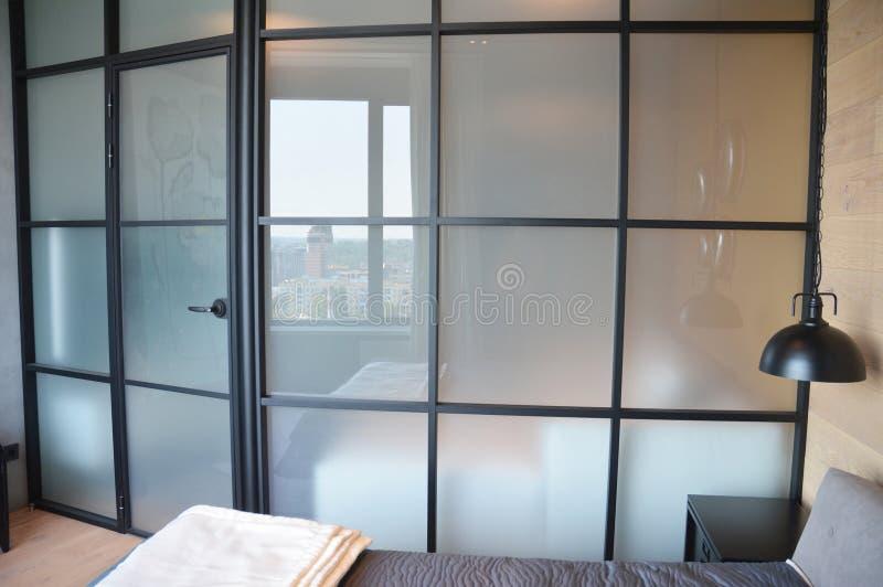 Parede de quarto de vidro, divisor de vidro, divisor com quadrados é uma solução perfeita para espaços pequenos foto de stock