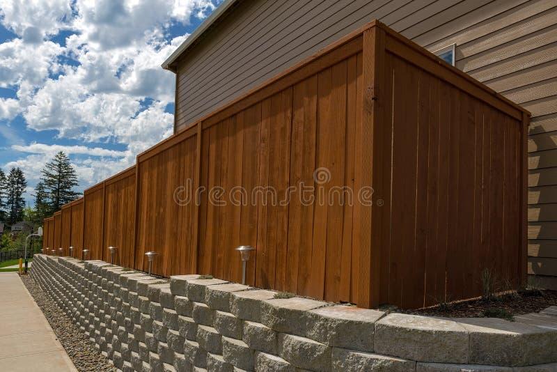 Parede de retenção de madeira dos blocos da cerca e do cimento foto de stock royalty free