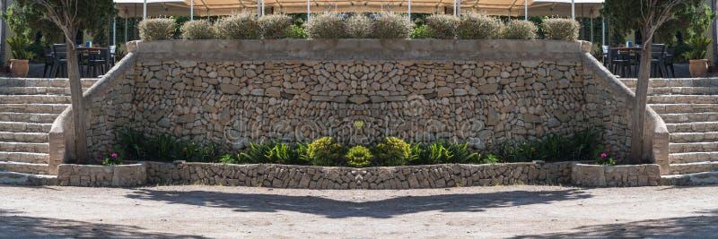 Parede de retenção mediterrânea feita de pedras naturais fotos de stock royalty free