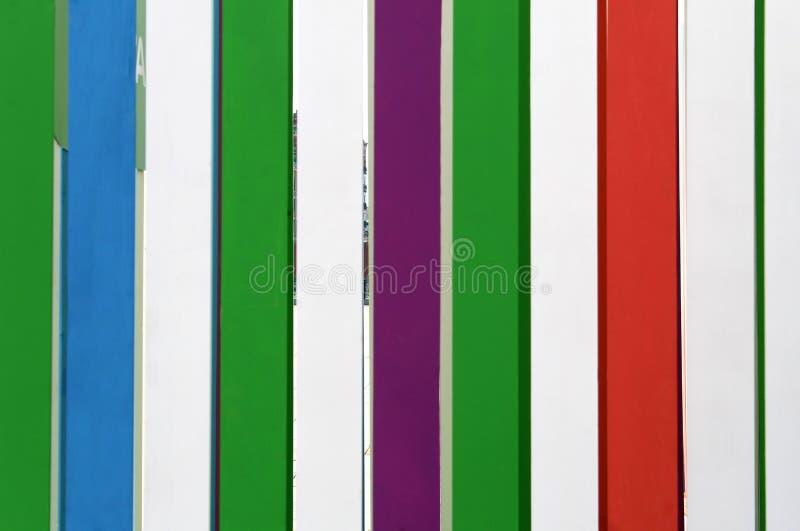 Parede de textura multicolor com placas verticais de madeira imagem de stock