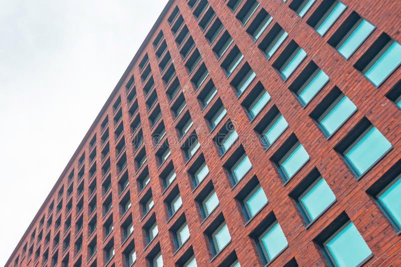 Parede de tijolo alta com janelas e vidro quadrados fotos de stock royalty free