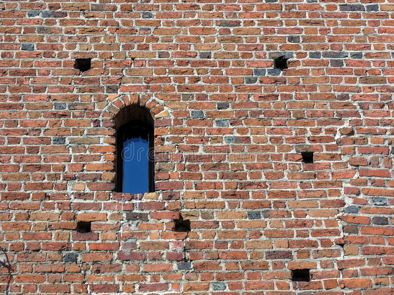 Parede de tijolo antiga com indicador imagens de stock
