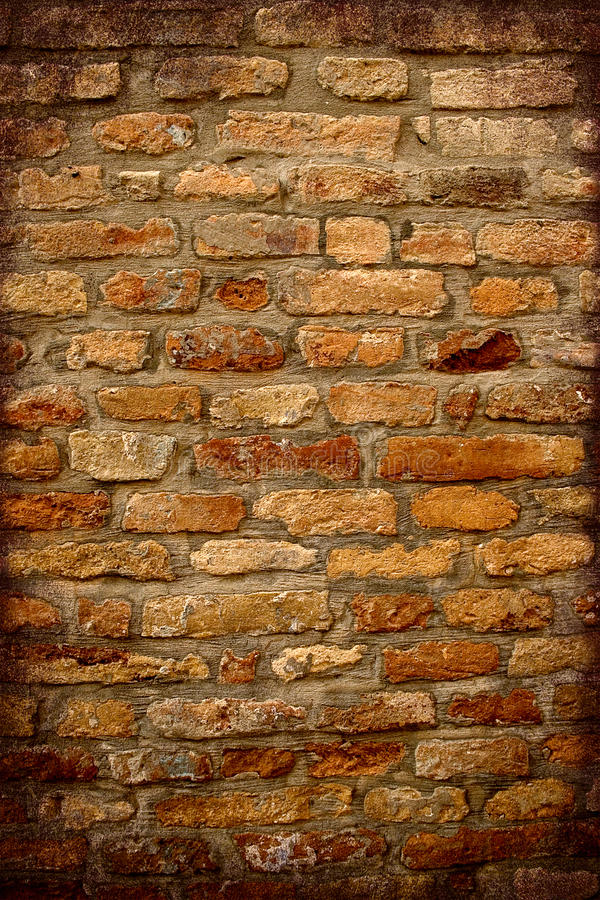 Parede de tijolo antiga com quadro escuro imagens de stock royalty free