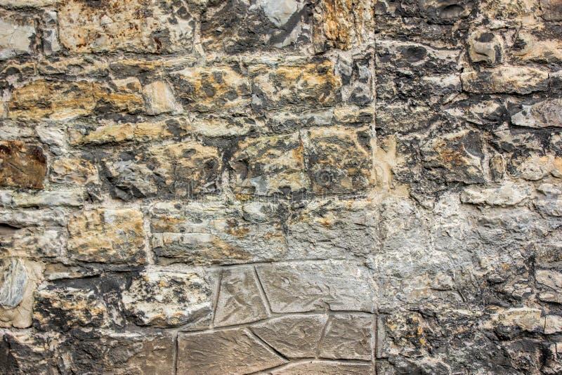 Parede de tijolo antiga com tamanho diferente das pedras, fim acima da foto Textura ou fundo imagem de stock royalty free
