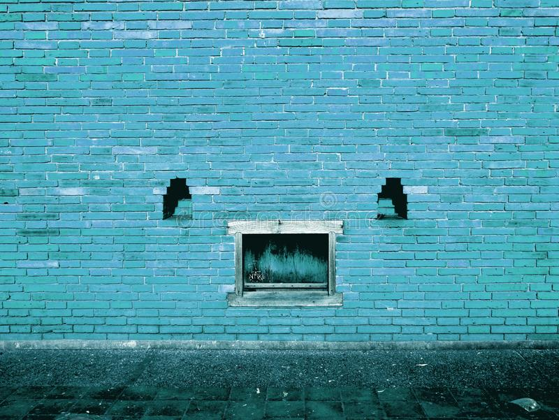 Parede de tijolo azul com textura do fundo da pintura da casca imagem de stock royalty free