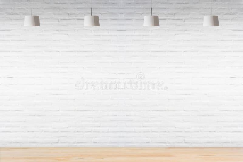 Parede de tijolo branca na sala com o assoalho de madeira com lâmpadas foto de stock royalty free