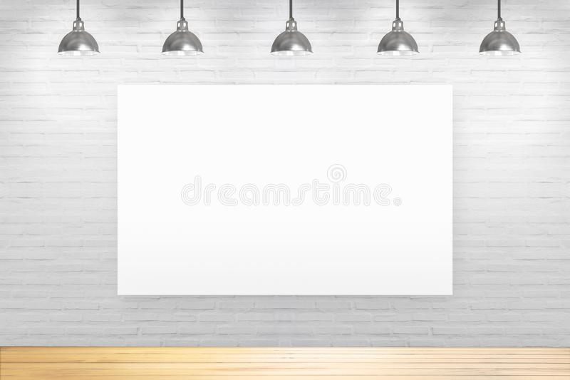 Parede de tijolo branca na sala com o assoalho de madeira com lâmpadas imagens de stock