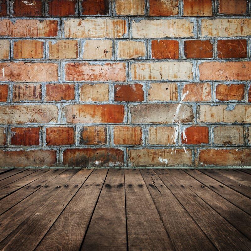Parede de tijolo com assoalho de madeira fotografia de stock