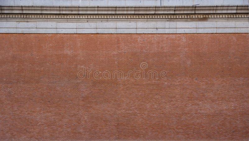 Parede de tijolo com cornice de pedra imagem de stock