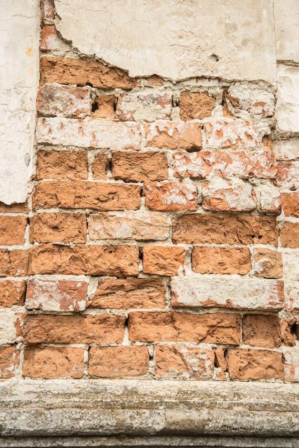 Parede de tijolo com emplastro reparado imagens de stock royalty free