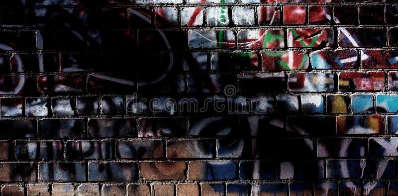 Parede de tijolo com traços de pintura e elementos dos grafittis Vagabundos da Web imagens de stock