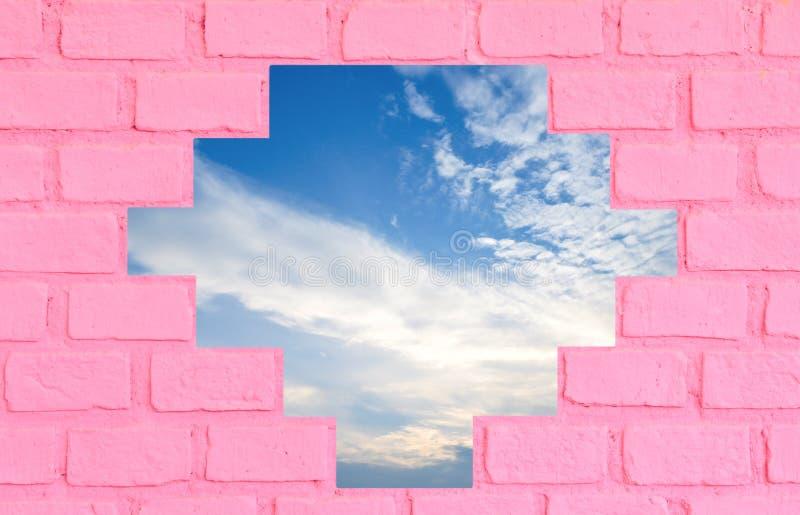 Parede de tijolo cor-de-rosa com céu azul fotografia de stock royalty free