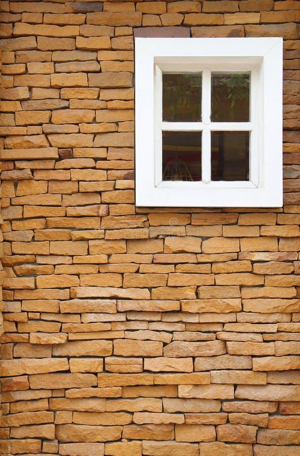 Parede de tijolo de Brown e fundo branco da janela foto de stock