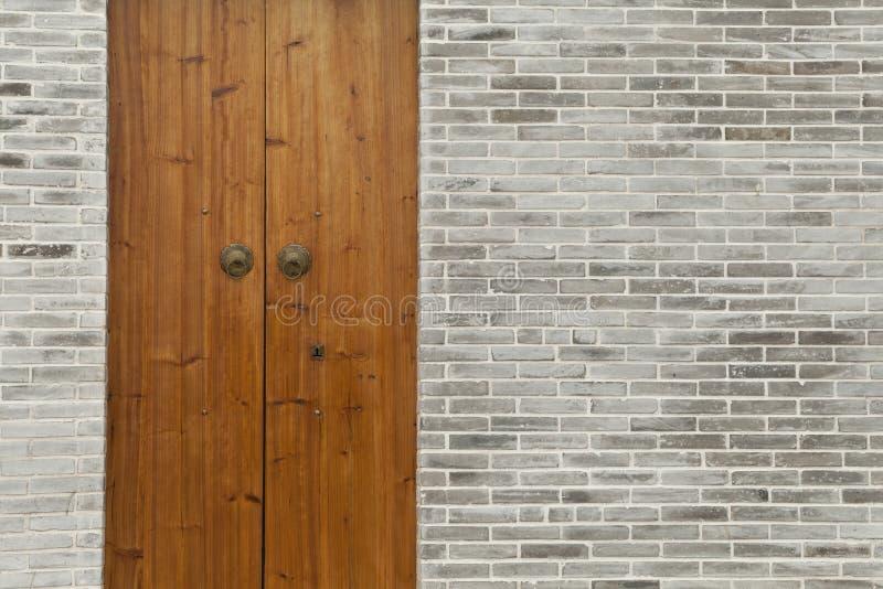 Parede de tijolo de madeira da porta imagem de stock