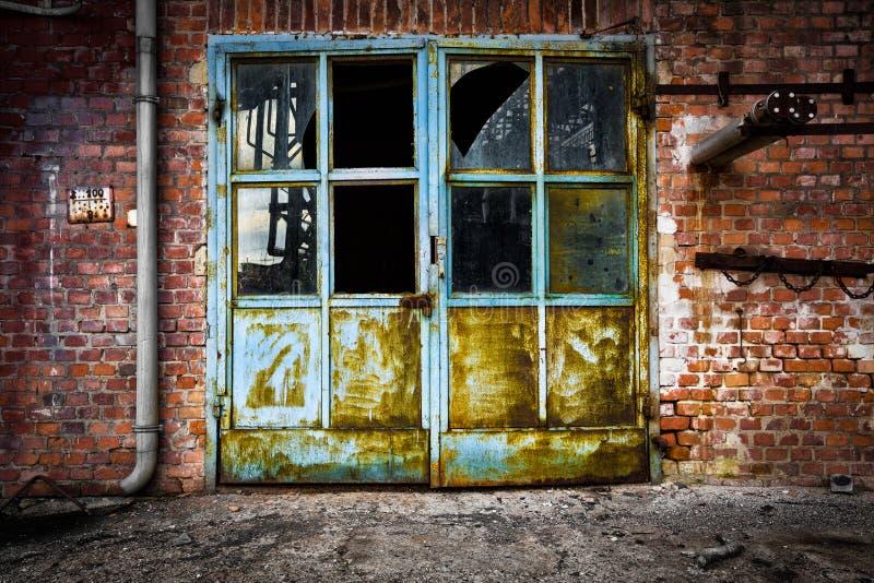 Parede de tijolo de vidro oxidada velha da porta do ferro fotografia de stock royalty free