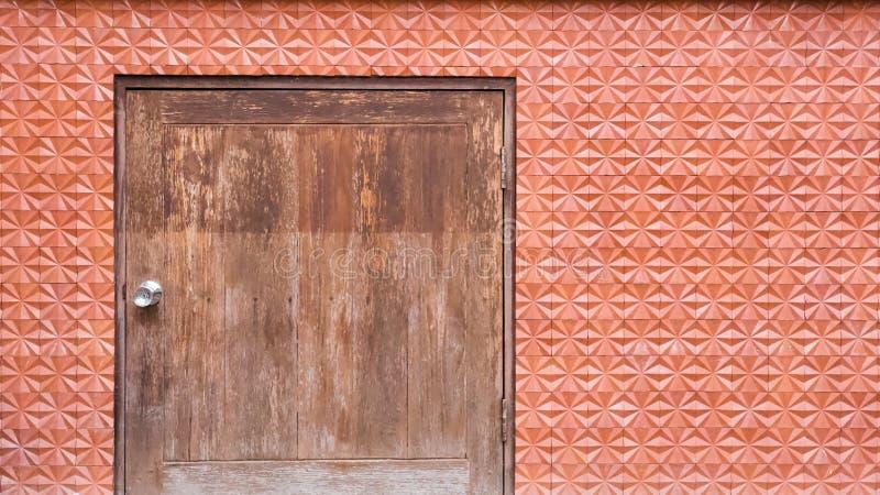 Parede de tijolo do vintage com porta de madeira fotos de stock