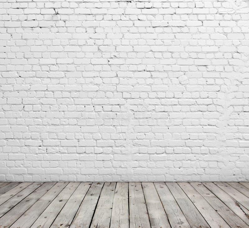 Parede de tijolo e assoalho brancos da madeira imagem de stock