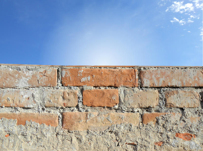 Parede de tijolo e céu azul imagens de stock