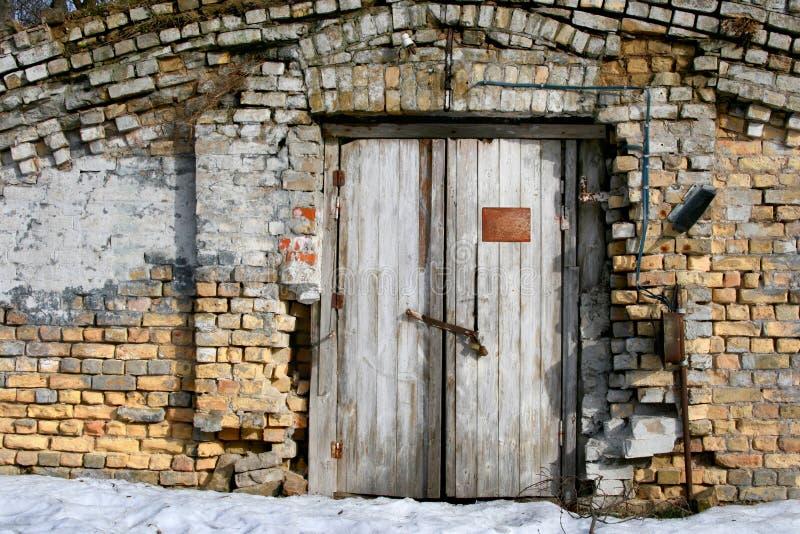 Parede de tijolo e porta de madeira velha fotos de stock royalty free