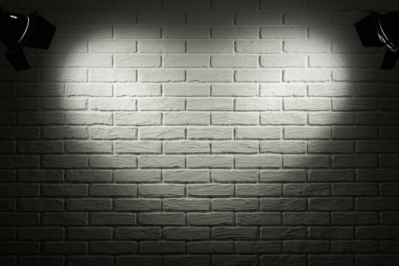 Parede de tijolo escura e cinzenta com efeito da luz da forma do coração e sombra, foto abstrata do fundo, equipamento de ilumina fotografia de stock