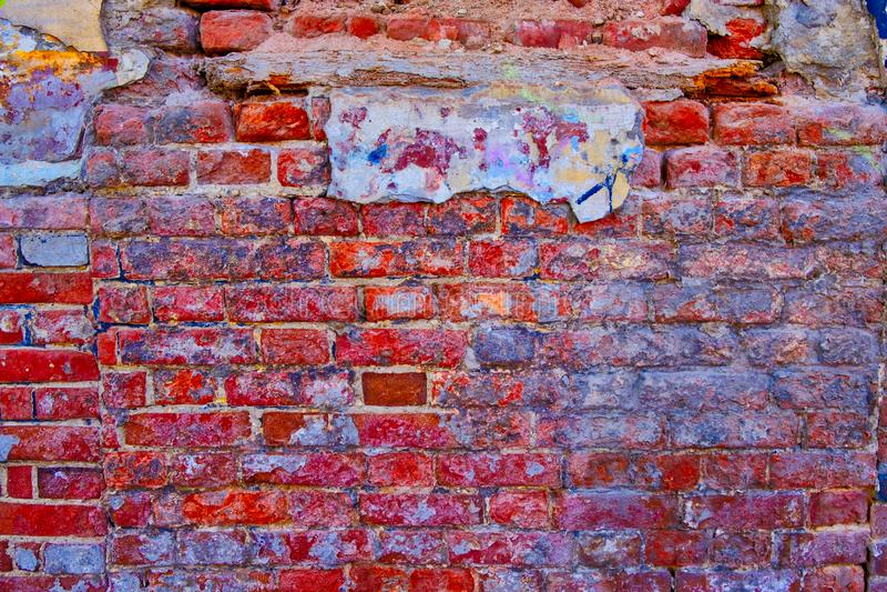 Parede de tijolo gasta da cor vermelho-cor-de-rosa brilhante fotografia de stock royalty free