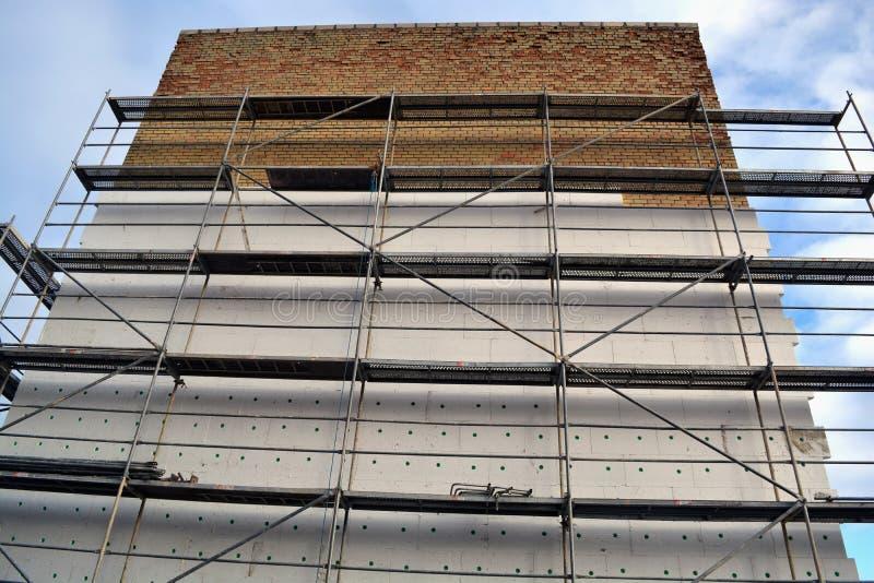 Parede de tijolo lisa velha de isolamento da casa com poliestireno branco imagem de stock royalty free