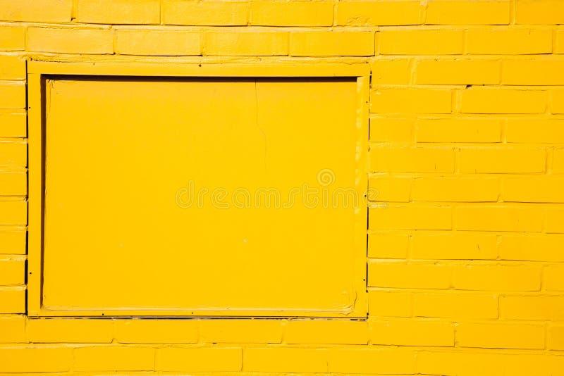 Parede de tijolo pintada amarelo imagem de stock royalty free