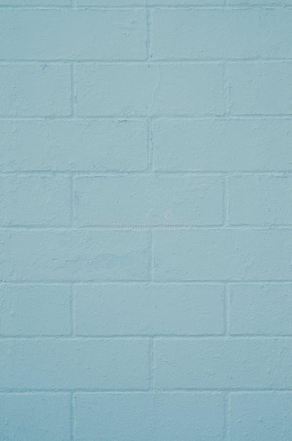 Parede de tijolo pintada com uma pintura azul fotos de stock