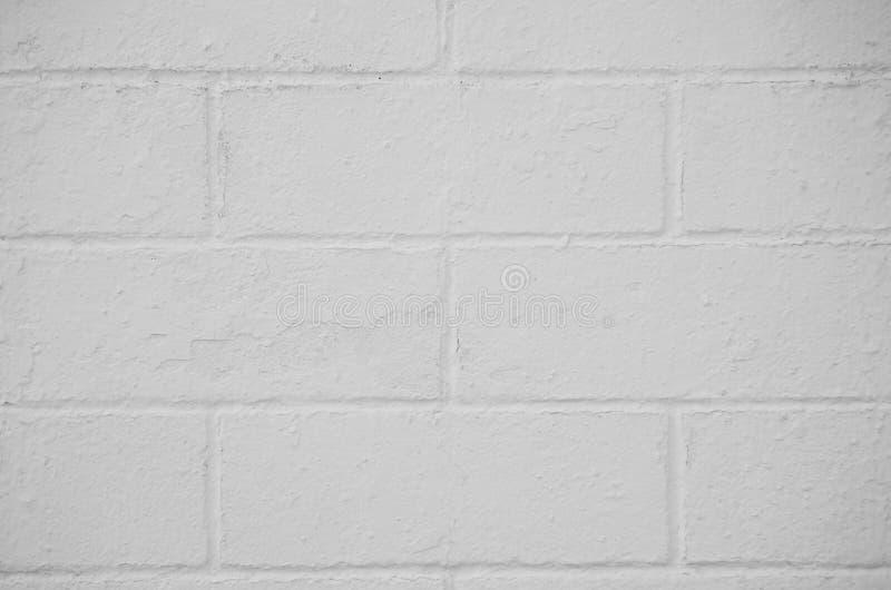 Parede de tijolo pintada com uma pintura branca imagens de stock