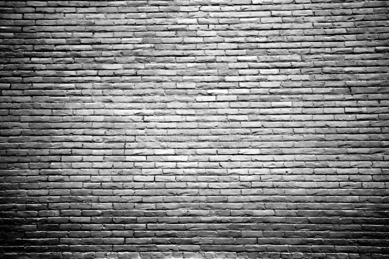 Parede de tijolo preto e branco com centro destacado imagem de stock