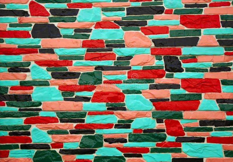 Parede de tijolo preto e vermelho multicolorido fotos de stock royalty free