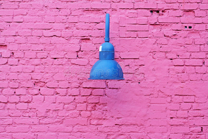 Parede de tijolo roxa com lâmpada metálica fotografia de stock