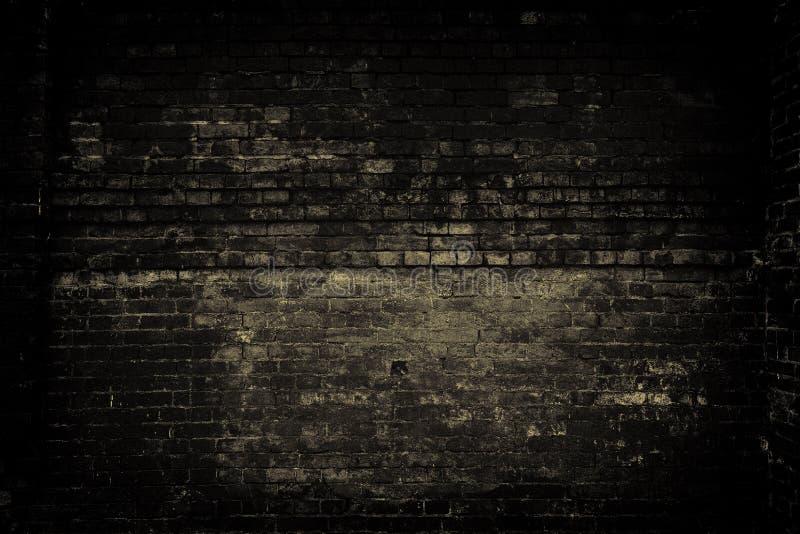 Parede de tijolo velha, luz escura Fundo do Grunge imagem de stock