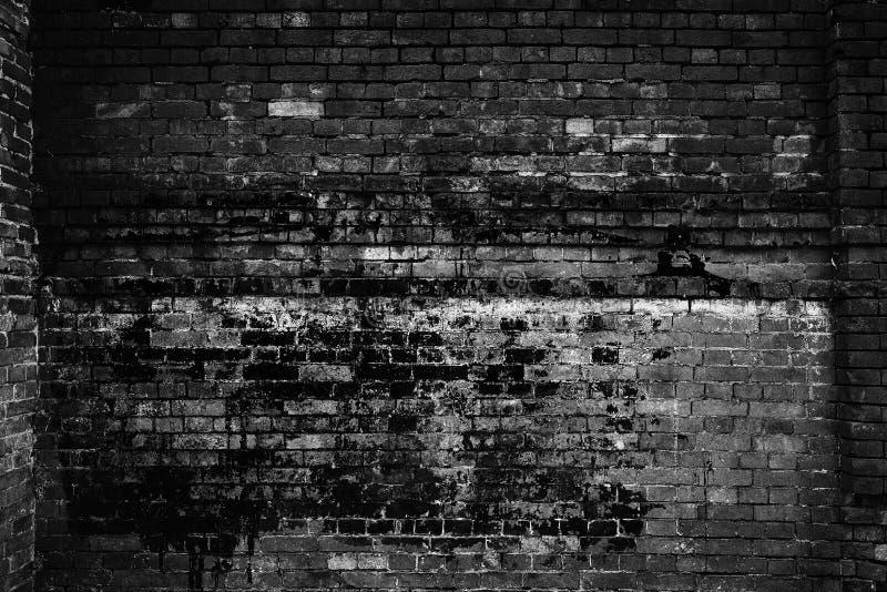 Parede de tijolo velha, luz escura Fundo do Grunge foto de stock