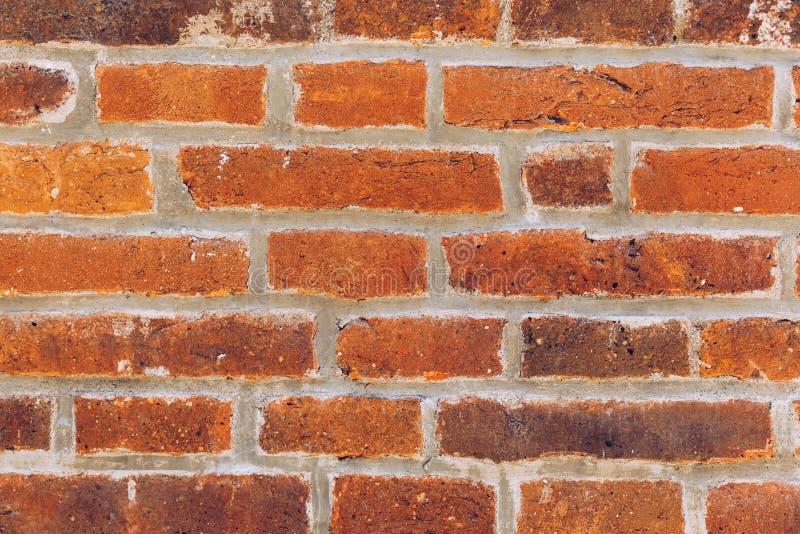 A parede de tijolo velha, textura velha da pedra vermelha obstrui o close up A textura do tijolo Fundo da parede vazia do por?o d imagem de stock