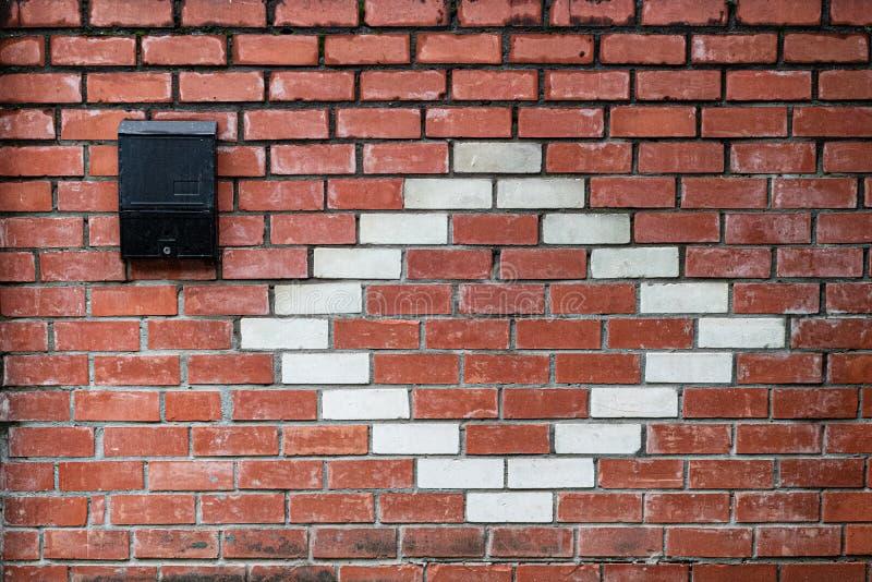 Parede de tijolo vermelha e branca velha. mailbox. Espa?o para a rotula??o ou o projeto fotografia de stock royalty free