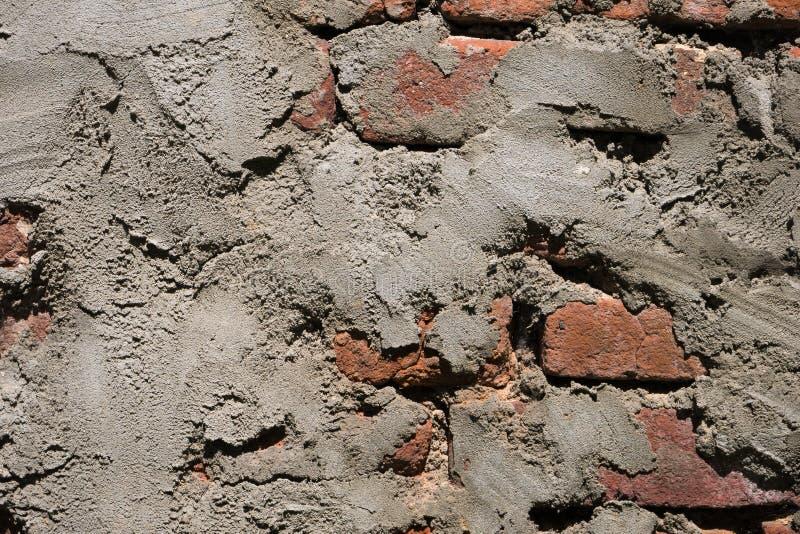 Parede de tijolo vermelho gasta velha do grunge com camada de emplastro foto de stock