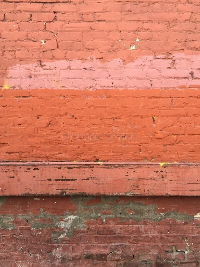 Parede de tijolo vermelho pintada urbana industrial suja fotos de stock