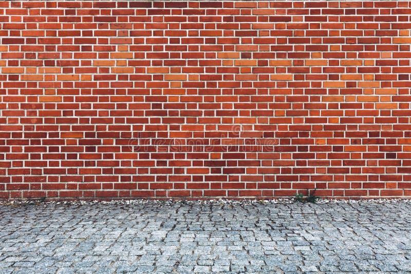 Parede de tijolo vermelho retro e pavimento da pedra imagens de stock