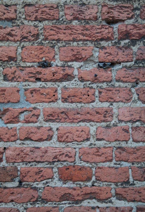 A parede de tijolo vermelho vestida velha detalha a textura do fundo imagens de stock royalty free