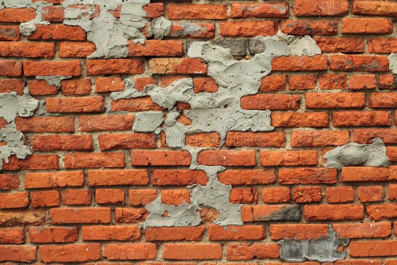 A parede de tijolos vermelhos destruiu o fundo imagem de stock royalty free
