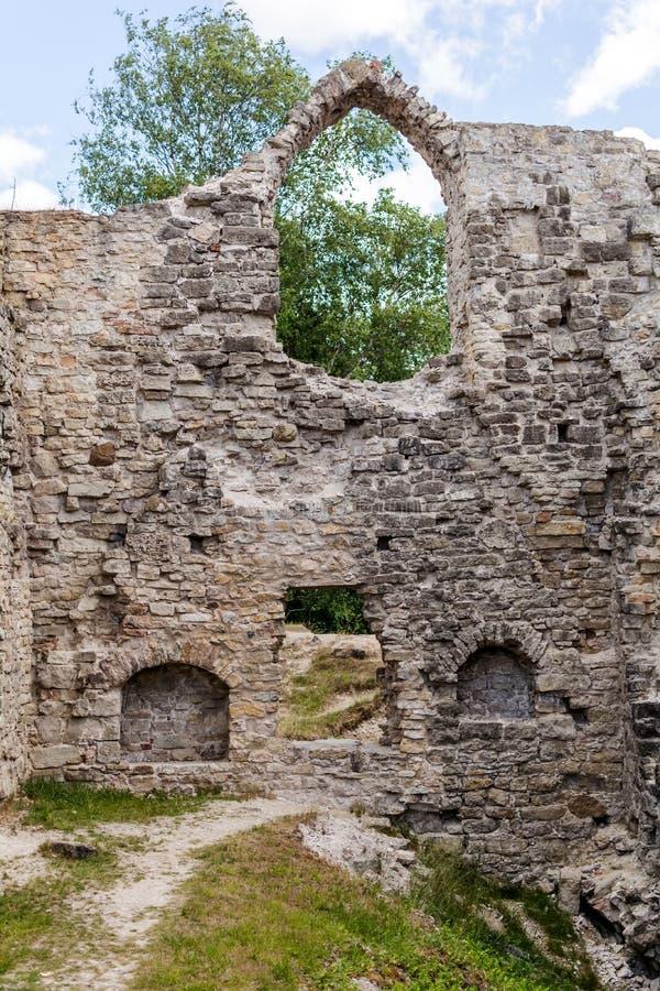 Parede de Uined e janela arqueada do castelo de Koknese imagem de stock royalty free