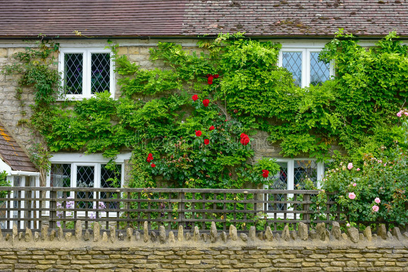 A parede de uma casa inglesa no campo imagens de stock