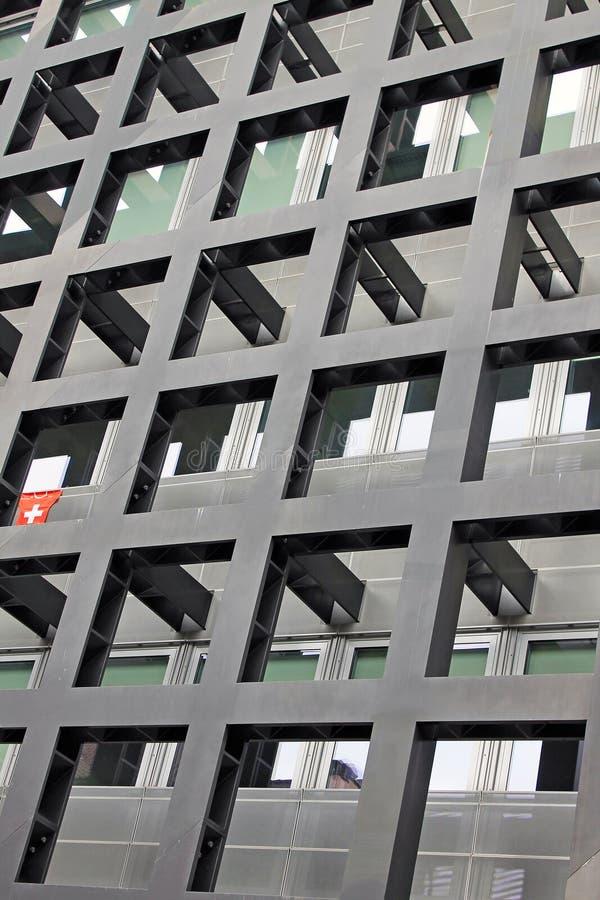 Parede de uma construção moderna em Locarno com o símbolo de Suíça imagem de stock