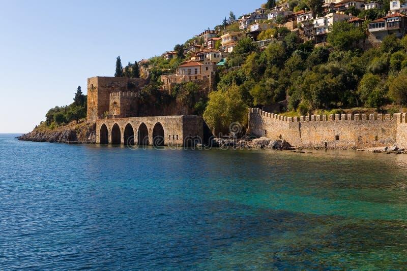A parede de uma fortaleza medieval no mar da costa foto de stock