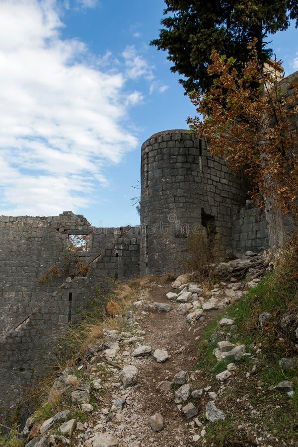 Parede de uma fortaleza de pedra velha imagem de stock