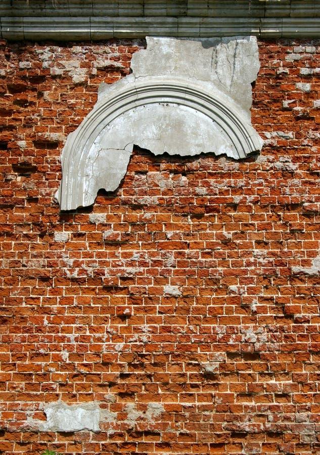 Parede de uma igreja destruída fotografia de stock