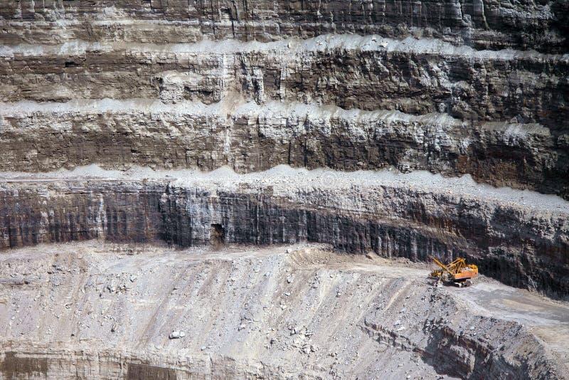 Parede de uma mina moderna do diamante que caracteriza a maquinaria amarela grande fotos de stock royalty free