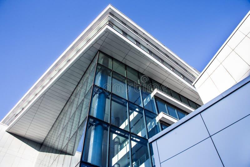 Parede de vidro azul do prédio de escritórios moderno fotografia de stock